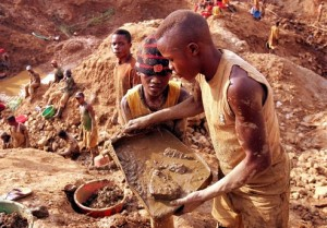 Congolese miners dig at a gold mine in Montgbawalu, Ituri district, eastern Congo, September 8, 2005. The Democratic Republic of Congo's government will renegotiate the existing gold exploration venture it has with AngloGold Ashanti, the world's number two gold producer, the head of Congo's state mining agency OKIMO said on Thursday. Picture taken September 8, 2005. REUTERS/Jiro Ose